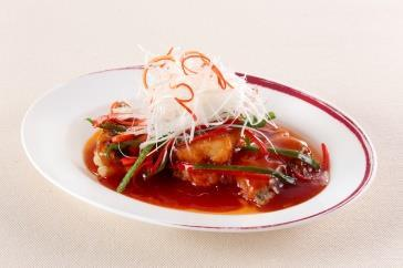 with XO Sauce イカのガーリック強火蒸し 蒜茸蒸花姿 Steamed Squid, Garlic Flavor 旬魚と季節野菜の塩味炒め 時菜炒魚球 Stir-fried Seasonal Fish and
