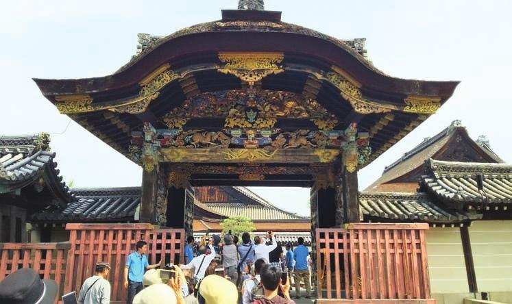 Hundreds of curious Kyotoites and foreigners alike came to the Hongwanji for the experience of a lifetime: to cross the same threshold that is usually reserved only for use by the Emperor or his