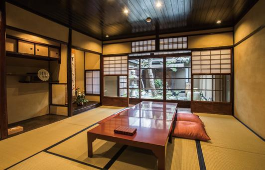 When this company encountered the machiya townhouse that is now its head office, the appeal of its beauty was the start of its business objectives of giving new life to the Kyomachiya townhouses and