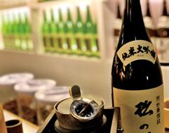 As the temperature is starting to drop recently, an atsu-kan (hot saké) is also a nice choice to warm up your chilly bones.